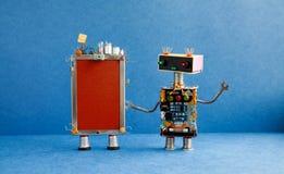 Grappig mobiel cellulair gadget, robotmedewerker Robotachtige stuk speelgoed karakters, het creatieve apparaat van de het schermt stock afbeeldingen