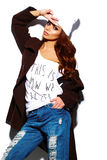 Grappig modieus modelmeisje in toevallige moderne hipsterdoek Stock Afbeelding