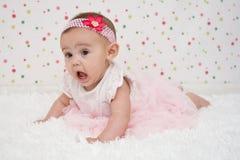 Grappig oud babymeisje van vier maanden Stock Afbeelding