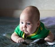 Grappig pasgeboren meisje op een donkere achtergrond Royalty-vrije Stock Fotografie