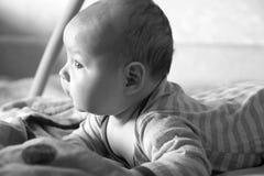 Grappig pasgeboren meisje op een donkere achtergrond van de huiszwarte en w Stock Afbeeldingen