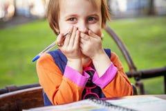 Grappig portret weinig leuk kindmeisje die en een brief schrijven lachen Positieve emotie, onderwijs en gelukkig kinderjarenconce royalty-vrije stock afbeelding