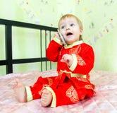 Grappig roept weinig jongen de bediening op de kamer in hotel door zijn telephon Royalty-vrije Stock Foto