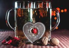 Grappig romantisch beeld van twee bierglazen champagne Stock Foto's