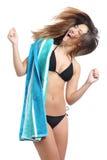 Grappig sunbathermeisje bikini dragen en handdoek die klaar voor vakanties Royalty-vrije Stock Fotografie