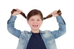 Grappig tandenloos meisje trekkend haar vlechten Stock Afbeeldingen