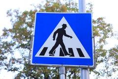 Grappig voetgangersoversteekplaatsteken in hoed Stock Afbeeldingen