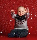 Grappig weinig baby die warme gebreide Kerstmissweater dragen bij studio op koude de winterdag stock foto