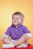 Grappig weinig jongen gelukkig in meditatie Stock Fotografie