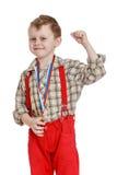 Grappig weinig jongen in rode borrels met riemen Stock Foto