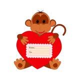Grappige aap die een hart op een witte achtergrond houden Stock Foto