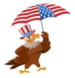 Grappige adelaar binnen in de patriottische hoed met Amerikaanse vlagparaplu Royalty-vrije Stock Foto
