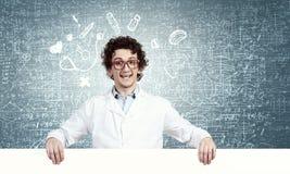 Grappige arts met aanplakbord Stock Foto's