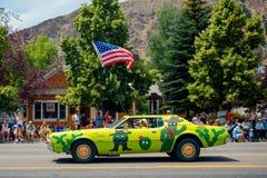 Grappige auto in Vierde van Juli-parade royalty-vrije stock foto's