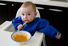 Grappige baby die diversificatie eet Stock Afbeeldingen