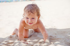 Grappige baby in het zand Royalty-vrije Stock Afbeeldingen