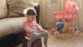 Grappige babyzitting op een pot stock videobeelden