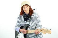 Grappige bejaarde dame die elektrische gitaar spelen Royalty-vrije Stock Afbeeldingen