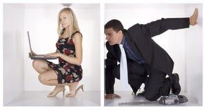 Grappige businesspeople in de witte kubussen stock foto's