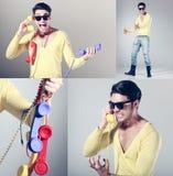 Grappige call centrekerel met retro kleurrijke telefoons Royalty-vrije Stock Foto