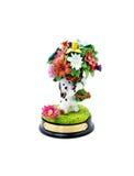 Grappige ceramische hond met bloemen op een witte achtergrond Stock Afbeeldingen