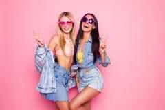 Grappige, charmante, positieve, lachende meisjes in de zomerhart en st royalty-vrije stock afbeeldingen