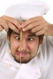 Grappige chef-kok die een ei barst Stock Foto