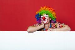 Grappige clown met band op lege raad Stock Foto's