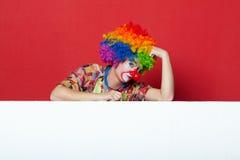 Grappige clown met band op lege raad Stock Foto