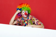 Grappige clown met band op lege raad Royalty-vrije Stock Foto