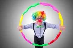 Grappige clown met hulahoepel Stock Afbeeldingen