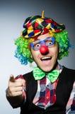 Grappige clown tegen Stock Afbeeldingen