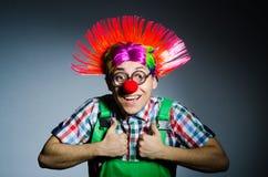 Grappige clown tegen Royalty-vrije Stock Foto's