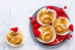 Grappige deegvarkens in santahoed voor nieuw jaar stock foto's