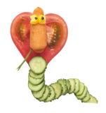 Grappige die cobra van tomaat en komkommer wordt gemaakt stock fotografie