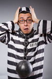 Grappige die gevangene in kettingen op grijs wordt geïsoleerd royalty-vrije stock foto