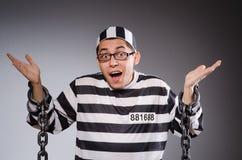 Grappige die gevangene in kettingen op grijs wordt geïsoleerd royalty-vrije stock foto's