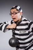 Grappige die gevangene in kettingen op grijs wordt geïsoleerd stock afbeeldingen