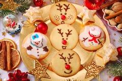 Grappige die Kerstmiskoekjes door jonge geitjes worden gemaakt Stock Afbeeldingen
