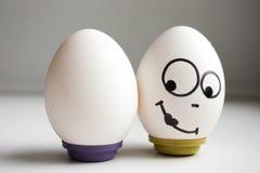 Grappige grappige eieren twee evenwichtige eieren Stock Afbeelding