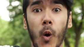 Grappige emoties van de Aziatische mens stock video