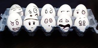 Grappige emotionele eieren die en in doos schreeuwen lachen Stock Fotografie
