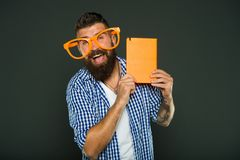 Grappige en humeurbetekenis Grappig verhaal De studie is pret Het grappige boek voor ontspant Het exemplaarruimte van de boekdekk stock afbeeldingen