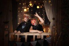 Grappige enge Kinderen met geschilderde gezichten, concept Halloween royalty-vrije stock fotografie