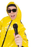 Grappige geïsoleerde uitvoerder met mic Royalty-vrije Stock Foto
