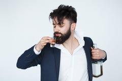 Grappige gedronken mens die een whiskyfles houden royalty-vrije stock foto's