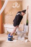 Grappige gedronken mensenurine in de toiletkom stock fotografie
