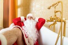 Grappige gedronken Santa Claus ligt in een bad royalty-vrije stock fotografie