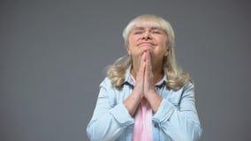 Grappige gepensioneerdendame die wens maken die goed nieuws verwachten, die kinderen wachten op vakantie stock video