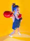Grappige geschiktheidsvrouw met bokshandschoenen stock foto